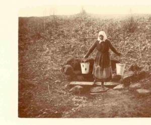 Ūdens nešana no avota, Ļaudonas pagasts, ap 1930. g. J. Saujiņš