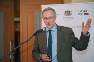 Latvijas Universitātes profesors Mārcis Auziņš konferencē sniedz prezentāciju