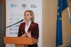 Konferences dalībniekus uzrunā Vides aizsardzības un reģionālās attīstības ministra padomniece, Latvijas Universitātes rektora biroja vadītāja Baiba Broka
