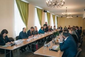 Līvānu konferences norises laikā (no kreisās): Latvijas Universitātes profesors Mārcis Auziņš, SIA