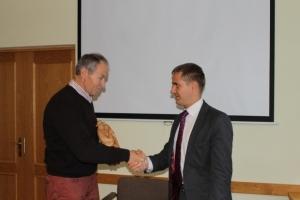 S.Vogts pasniedz savu autordarbu A.Lungevičam